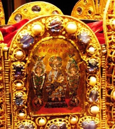 """Bildplatte in der Reichskrone des Heiligen Römischen Reichs: Christus flankiert von zwei Engeln, darüber steht """"Per me reges regnant"""""""