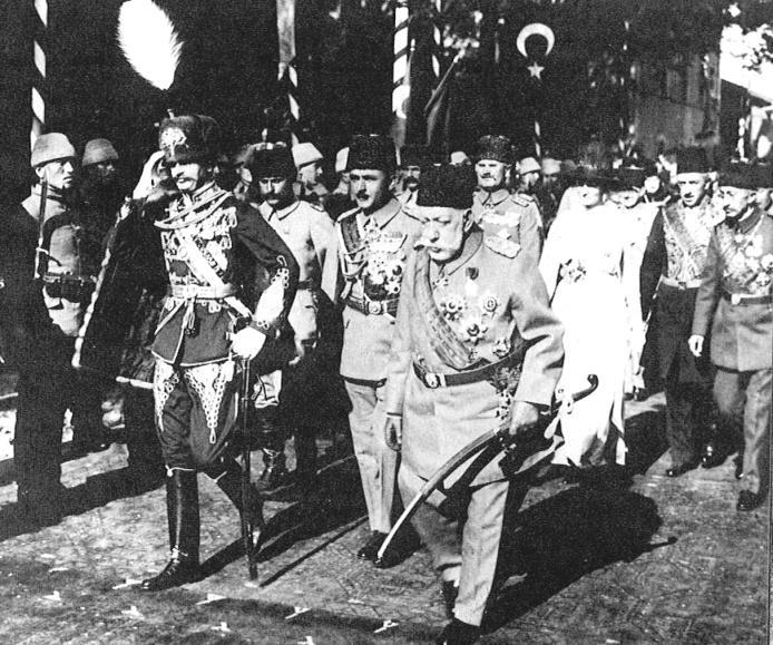 Kaiser Karl in der Uniform eines ungarischen Feldmarshalls mit Sulṭān Mehmed V. Reşad in Konstantinopel, 19. Mai 1918. Ganz rechts der Kronprinz und spätere Sulṭān Mehmed VI. Vahideddin