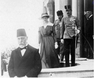 Kaiser Karl mit Kaiserin Zita im Serail. 1918