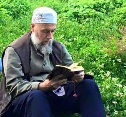 Scheich Muhammad beim Koranlesen im Freien